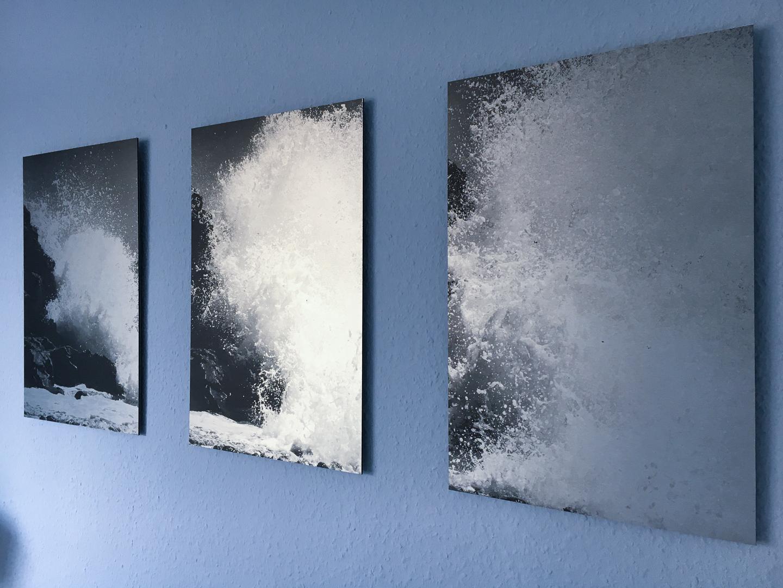 Triptychons auf der blauen Wand